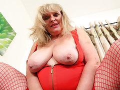 UK gilf Alisha Rydes lets us enjoy her old but willing fanny
