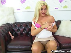 UK milf Kelly Cummins lets Y-fronts fondling be passed on brush bare trumped up