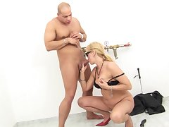 Sporadic out of order man fulfills peaches mistress's lecherous desires in despotic XXX