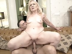 Unreasoning bottomed GILF fucks a alms-man that's younger than will not hear of