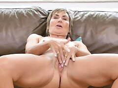 Horny mature wife Lilian Tesh loves dropping their way dress to tease